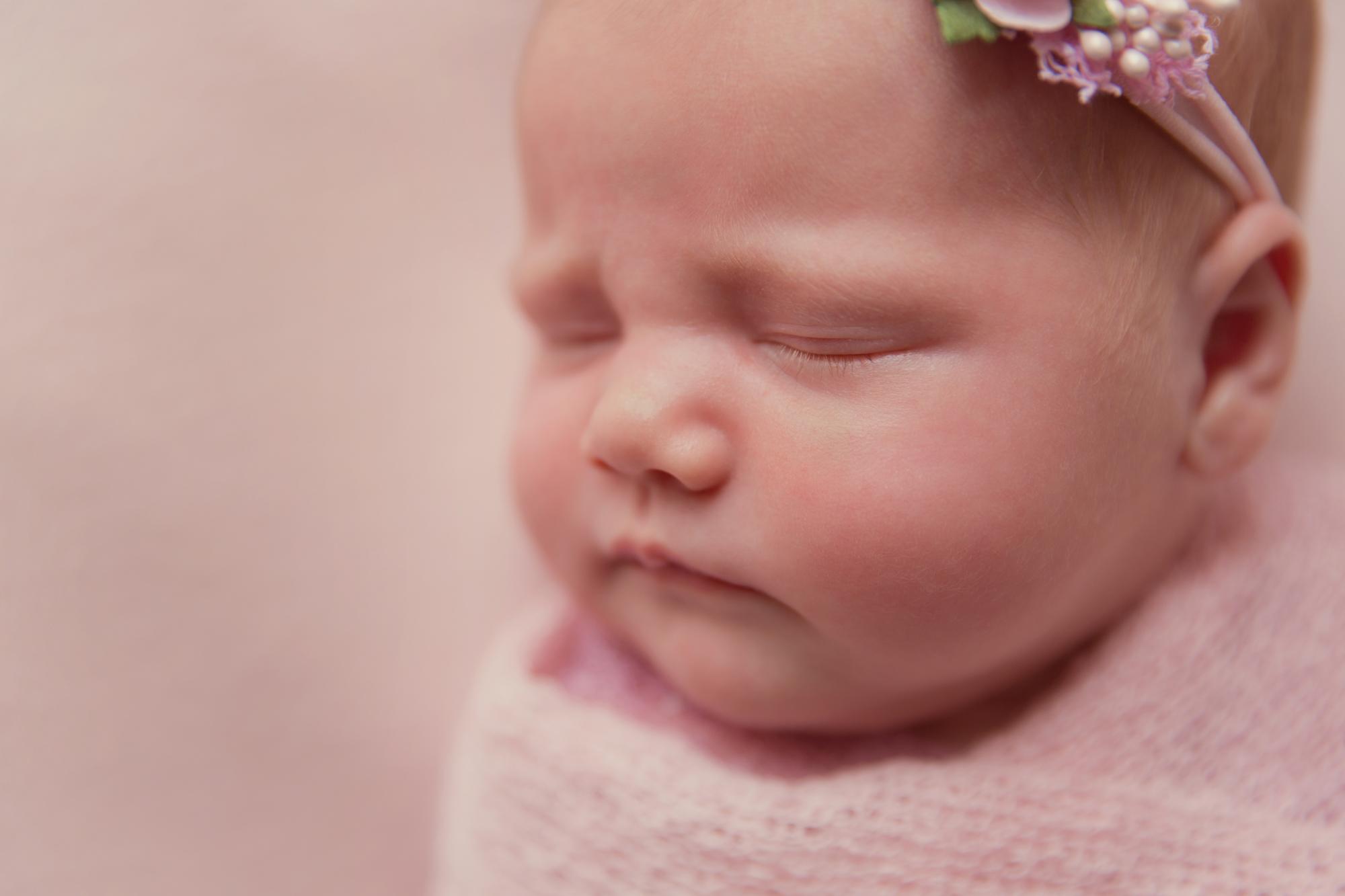 SunlightPhotography_Newborn_Hannah06w.JPG