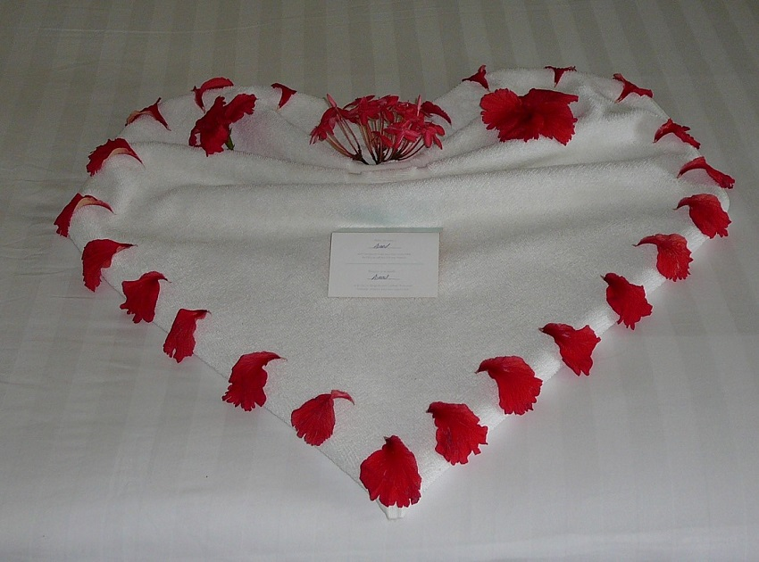 Towel Art Heart Maldives.JPG