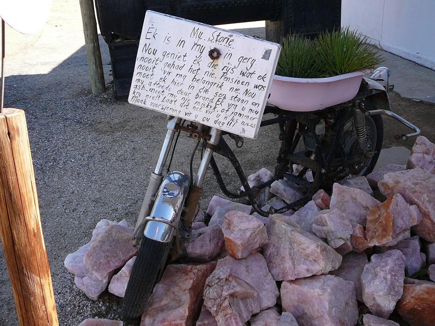 Old motorbike, sign and pink quartz Pienk Padstal Kakamas.JPG