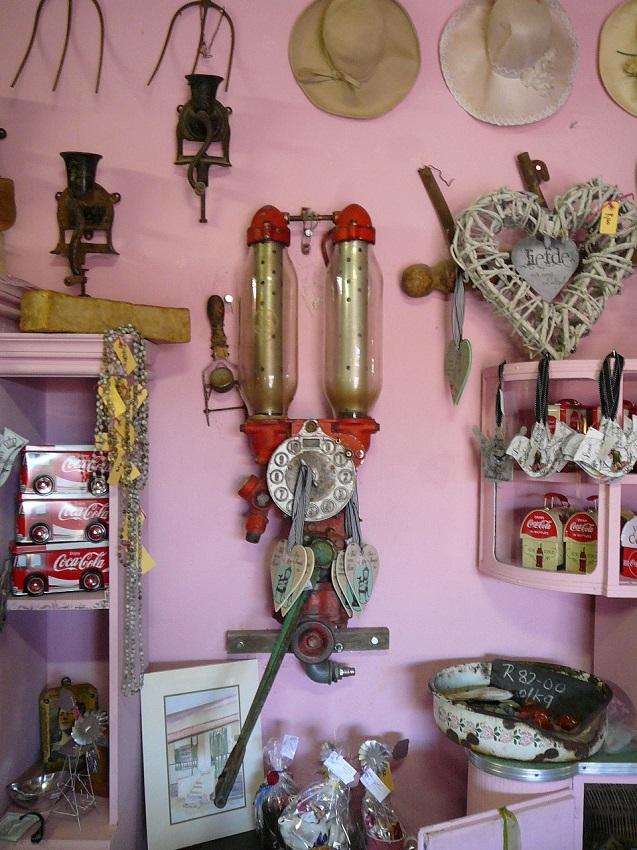Old petrol pump and ornaments Pienk Padstal Kakamas.JPG