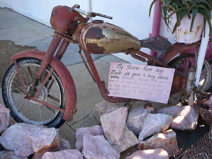 Rusty old motorbike, sign & pink quarts Pienk Padstal Kakamas.JPG