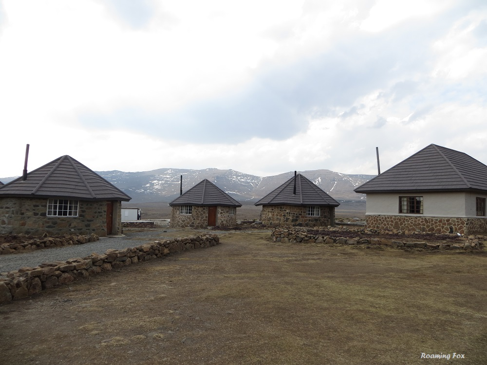 Accommodation of bungalows or backpackers rooms at Sani Mountain Lodge