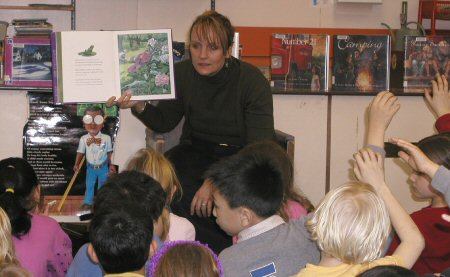 Nancy reading to students at Carnarvon School.