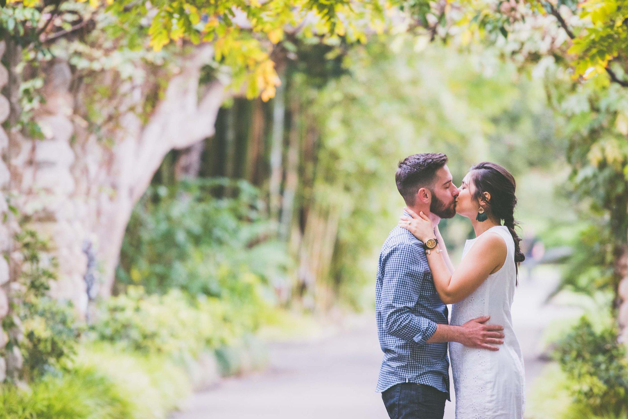 Engagement portrait - Couple kissing in Botanic Gardens Sydney - Photo credit Nicola Bailey.jpg