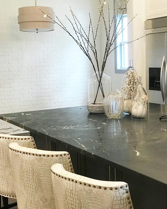 On Island Time. . . . #thedesignstudiola #interiordesign #southdownsstunner #kitchendesign #kitchenisland #custombarstools #paintedbrick #turnkeydesign #residentialdesign #tsgbatonrouge #batonrougeinteriors #housetour #inspiration #nola #louisianahomes #kitchensofinstagram