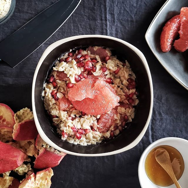 Cinnamon honey oat bowl with pomegranate and grapefruit. Perfect vitamin C bowl for this winter!