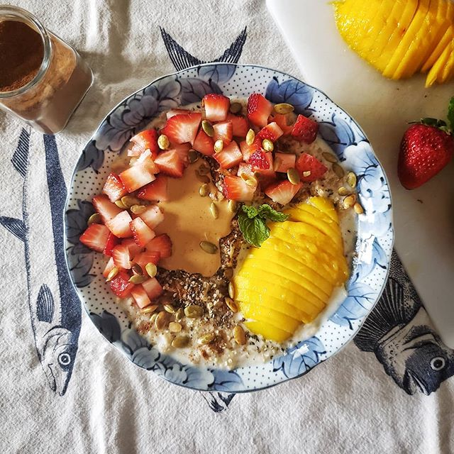 Another oat bowl for the win!! This delicious snack was made with 1/2 a banana cooked with oats in almond milk, then topped with cinnamon, chia, hemp seeds, nut butter, strawberries, fresh mango, pepitas, and mint.