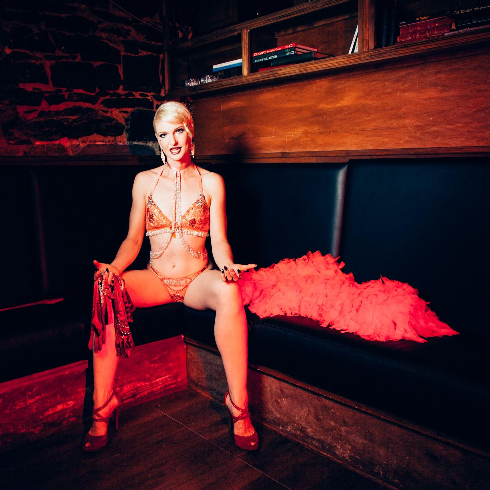THE LADY JOSEPHINE - Josephine est une artiste de burlesque primée et une entrepreneure de grande envergure dans son domaine. En 2014 et 2017, elle s'intègre parmi les plus grands noms du burlesque dans la compétition du Burlesque Hall of Fame à Las Vegas et obtient une place parmi les 10 artistes burlesque les plus populaires au Canada.Joséphine enseigne les classe de #burleskfitness, tease 101, danse burlesque 201 et Class BPhoto par Mary Elam