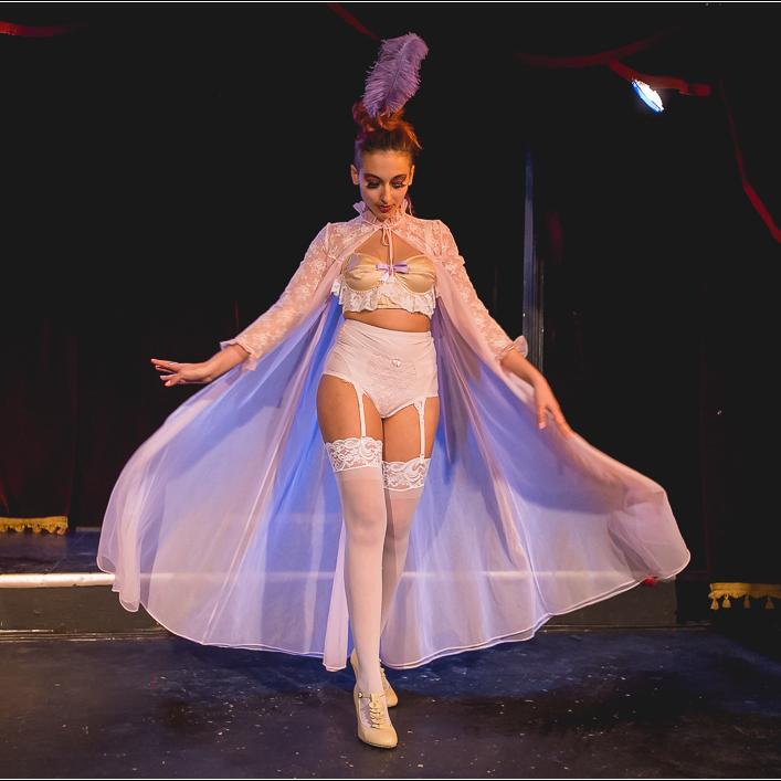 Burlesque pour Débutants Plus: Costumes - Ce cours est pour les étudiant(e)s ayant complété Burlesque pour Débutants et voulant en apprendre davantage sur l'utilisation de différentes pièces de costumes.Ce cours est une continuation de