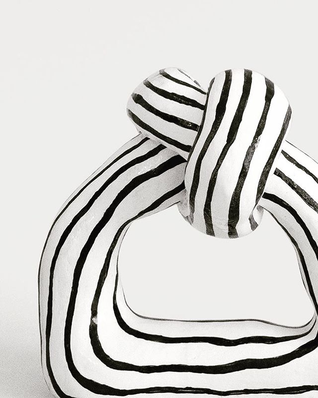 Big, bold and graphic home decor pieces are my favourite🖤 this gorgeous hand-shaped ceramic Knot sculpture is a statement piece! Wouldnt you agree? @tovetenga  #interiordecor #interiordesign #torontoluxury #statementdecor #shelfie #bookcasestyling #torontodecorator #torontodeaigner #gtarenovations #luxurycondostoronto #blackandwhite