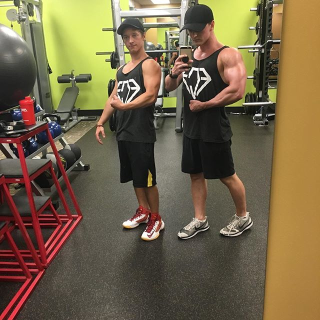 It was twin day at the gym this past weekend 😂 We somehow managed to wear the same outfit. It's all good tho, we smashed it anyway 💪🏼 #finecutfitness #personaltrainer #onlinetrainer #fitness #transformation #motivation #twinday #armday #pump #magnum #pharmaceuticalgrade #anytimefitness