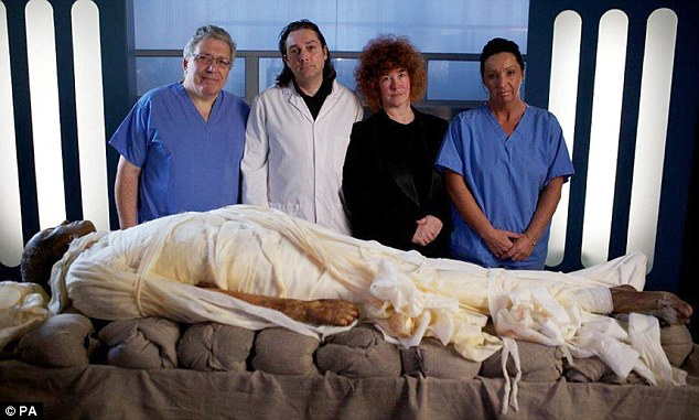 The experts: Professor Vanezis, Dr. Buckley, Dr. Fletcher and Maxine Coe with a mummified Alan Billis before them