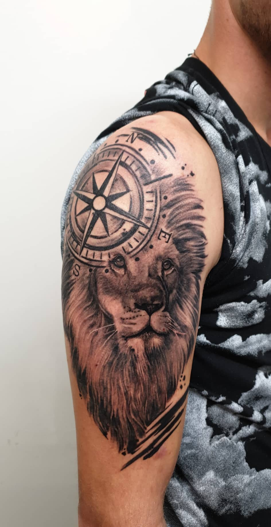 black-and-grey-lion-photo-realism-realistic-compass-graphic-sketchy-trash-polka-black-work-shoulder-upper-arm-otautahi-auckland-cristiana-bugatti.jpg
