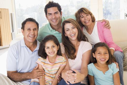 extended-family-in-living-room-smiling_HKxjU6RSi.jpg