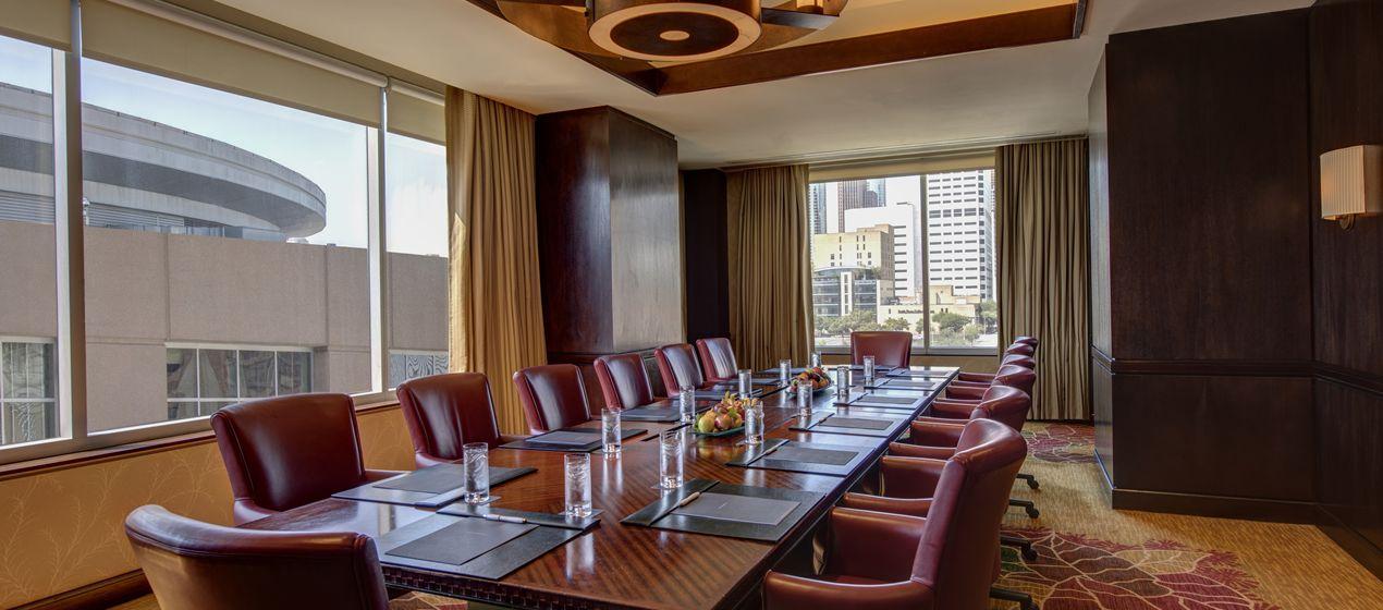 HH_boardroom37_37_1270x560_FitToBoxSmallDimension_Center.jpg