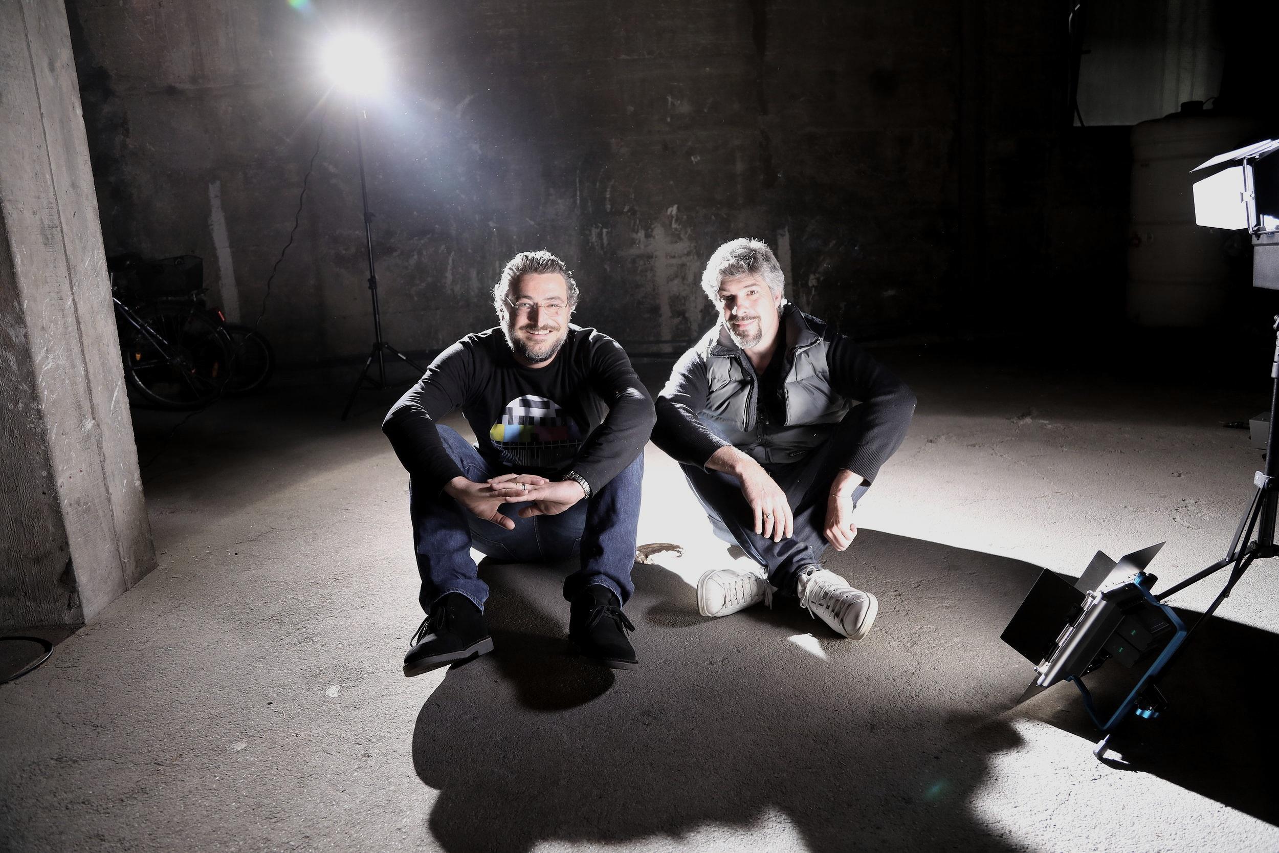 """Da sinistra: Filippo Giani e Marco Carbone sul set del videoclip """"Carina"""""""