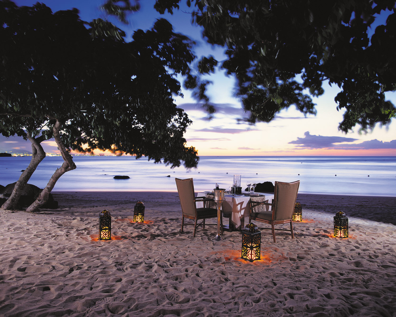 Hi_H0G6J_25893655_Beach-Dinner-2048x1643.jpg