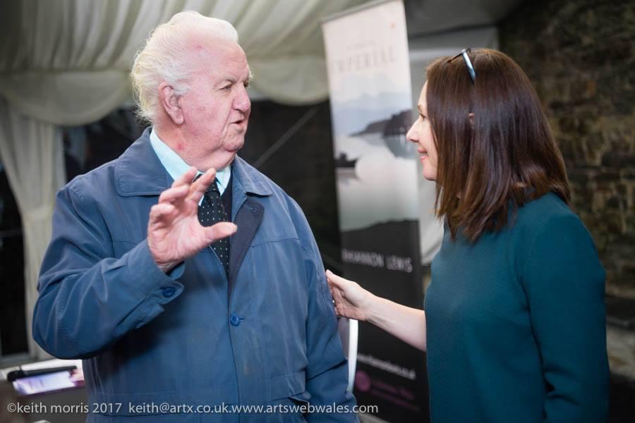 Jon Meirion Jones yn lansiad Aberteifi. Jon Meirion Jones at the Cardigan launch.   Llun gan Keith Morris. Photograph by Keith Morris.