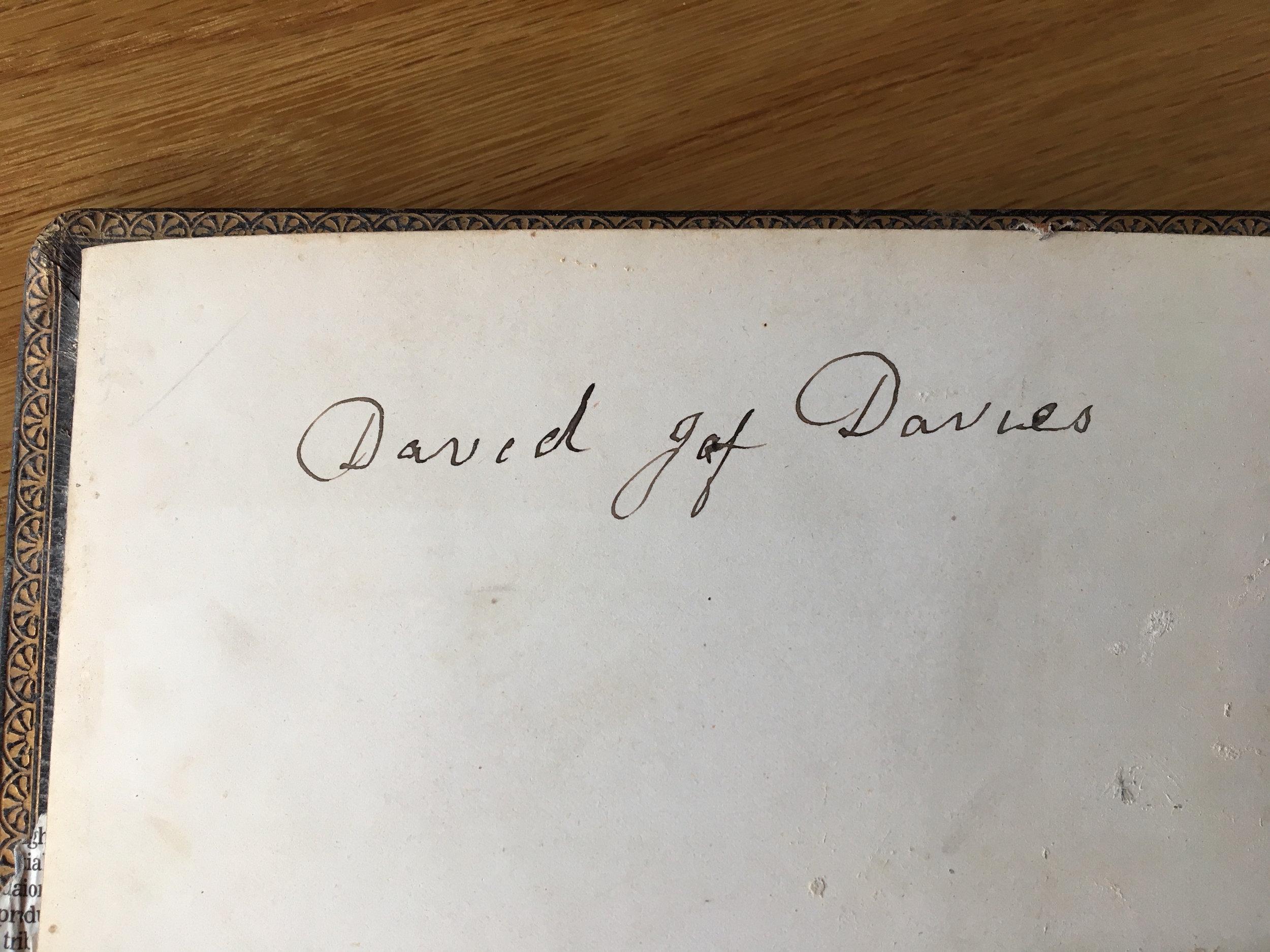 Llofnod Davy ar yr albwm. Davy's signature on the album.