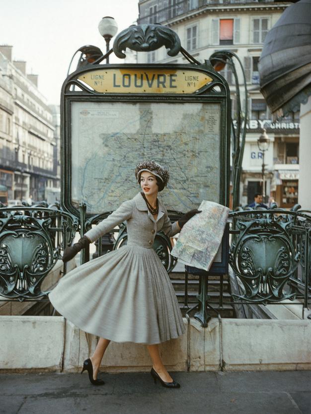 Robe  Palais de glace , collection Haute Couture printemps-été 1957, ligne  Libre   Photo Mark Shaw, Dior Glamour, Rizzoli New York 2013, courtesy of mptvimages.com