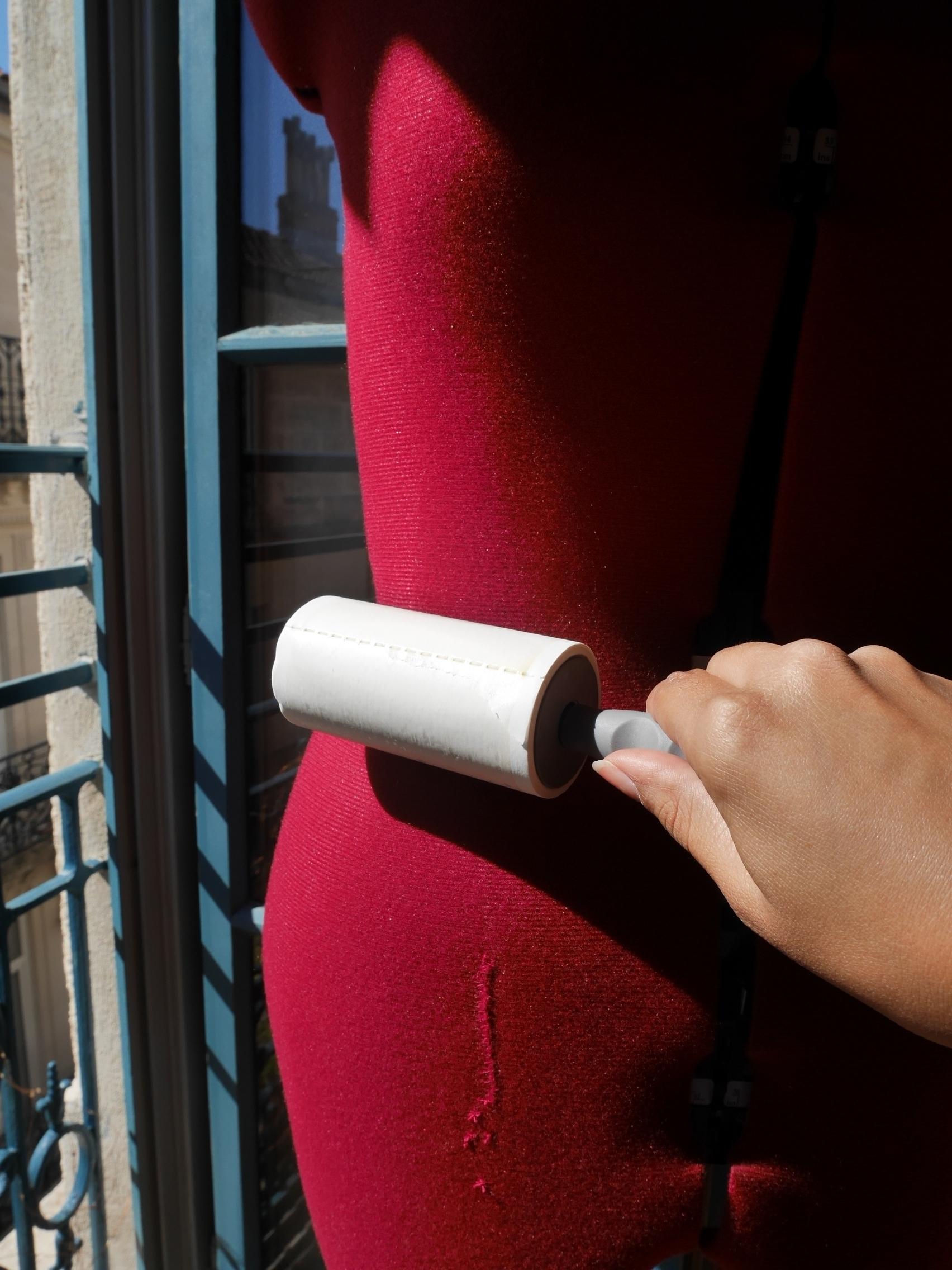 Etape 1 - Enlever la poussière et tout ce qui peut être accroché au tissu recouvrant le buste de couture, afin de laisser le mannequin propre.