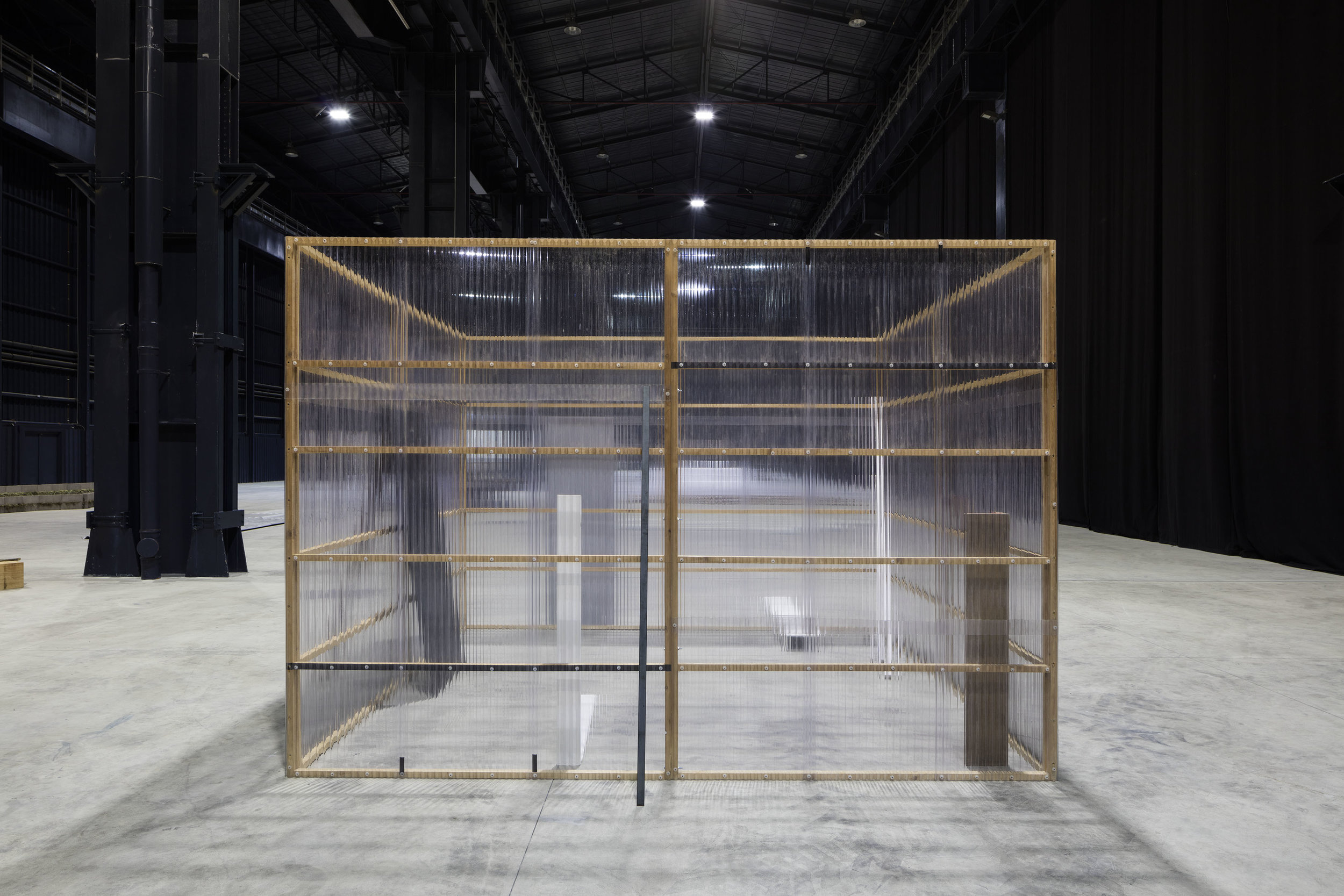 Concealed and Enclosed Surroundings , 1997 包囲周閉 ( Hōi Shūhei ) Wood, paint, metal bars, corrugated metal, corrugated plastic 250 x 340 x 340 centimeters Installation view,  Kishio Suga: Situations , Pirelli HangarBicocca, Milan, 2016 Photo: Agostino Osio; Courtesy Pirelli HangarBicocca, Milan