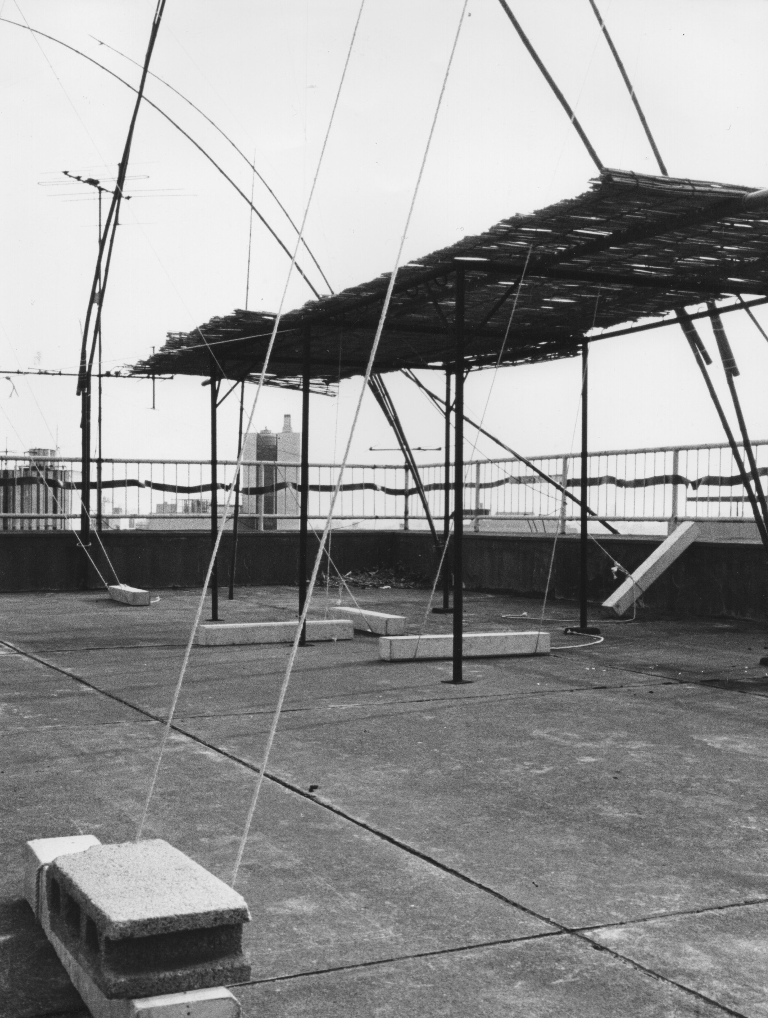Unfolding Field , 1972 野展( Noten ) Bamboo, rope, concrete blocks, rubber, reed screen, stone Dimensions variable Installation view, rooftop of Joshuya Building, Tokyo, 1972 Photo: Kishio Suga