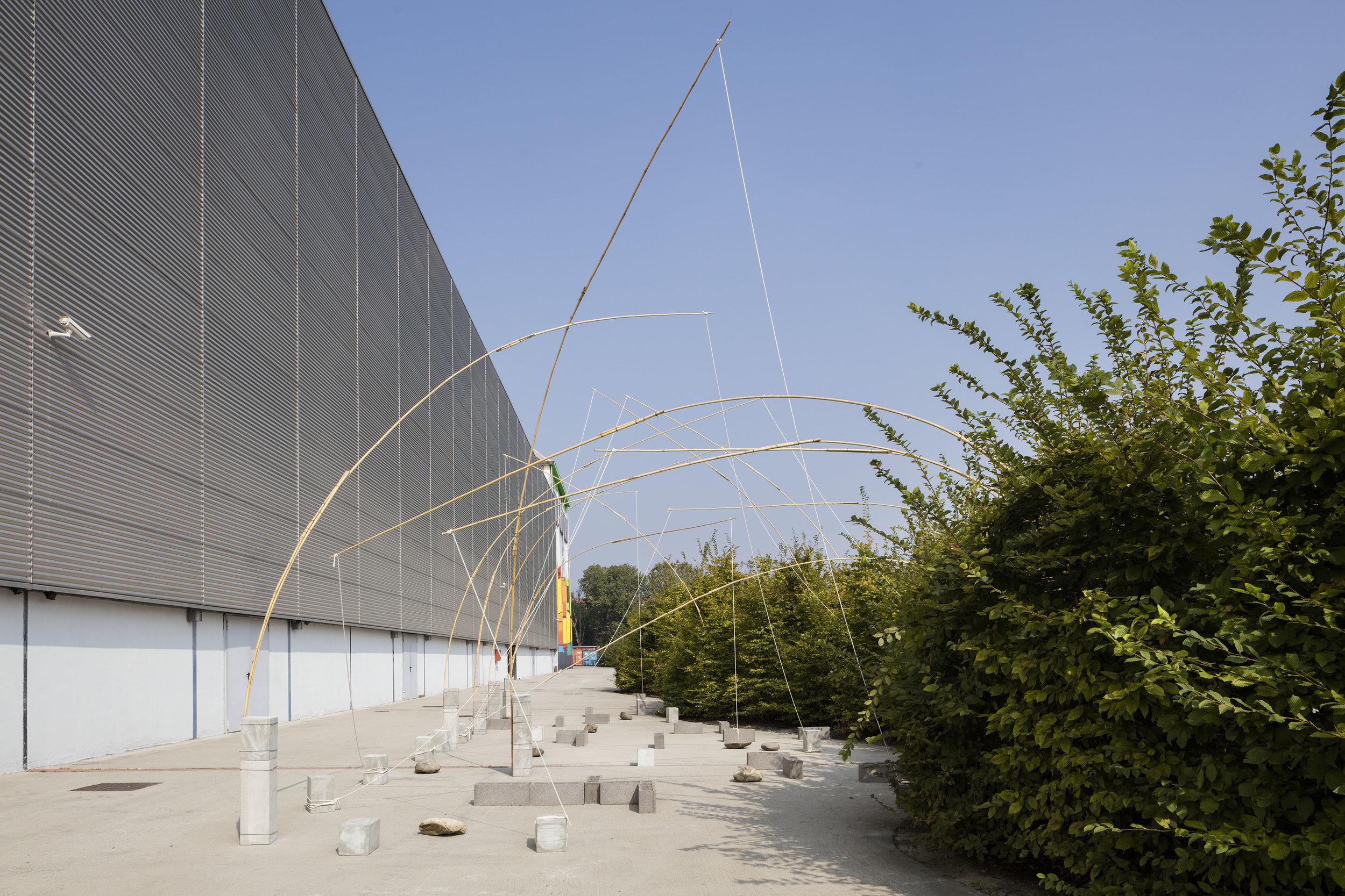 Unfolding Field , 1972/2016 野展( Noten ) bamboo, rope, stones,cement blocks 500 x 2000 x 700 c Installation view, Kishio Suga: Situations , Pirelli HangarBicocca, Milan, 2016 Photo: Agostino Osio; Courtesy Pirelli HangarBicocca, Milan
