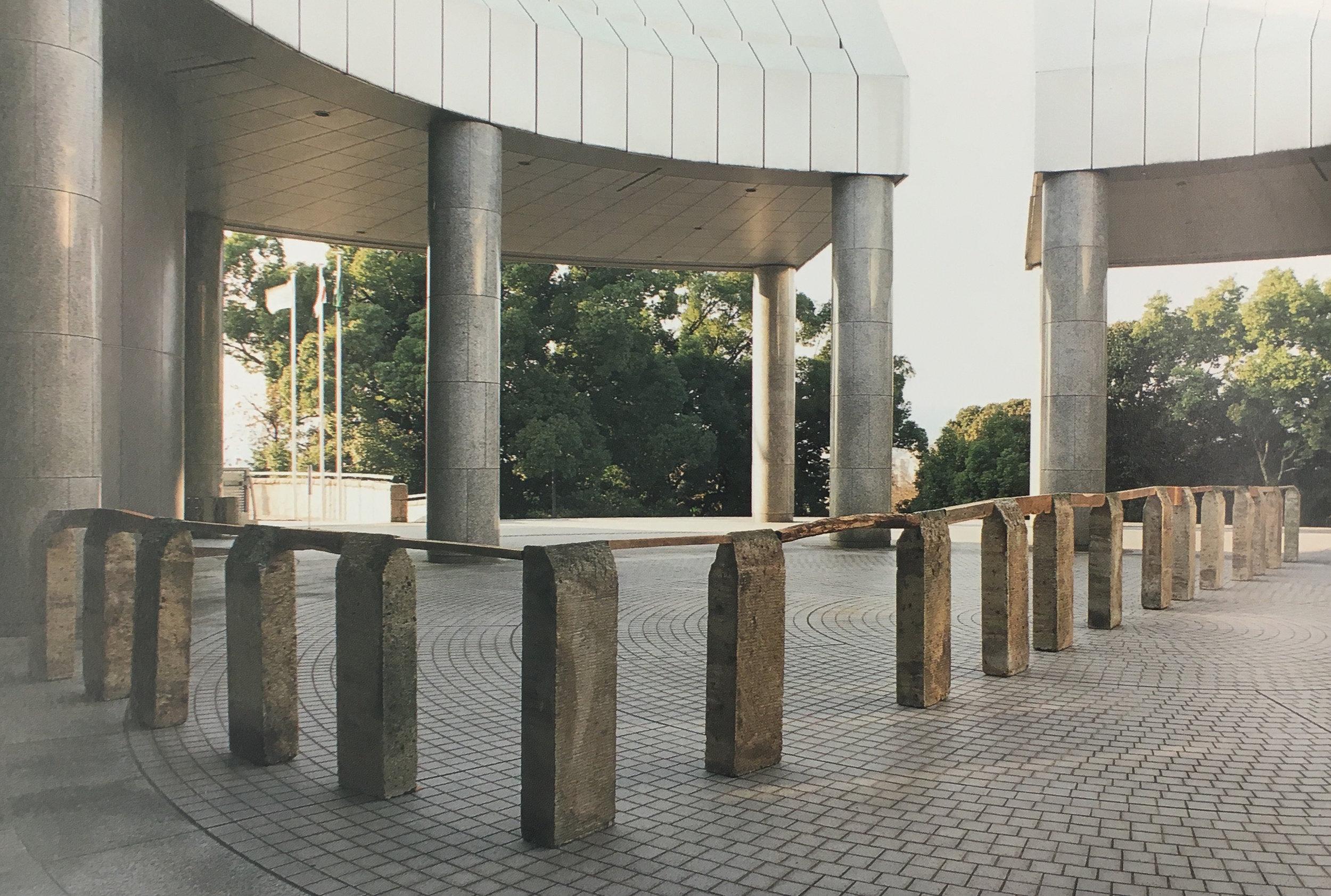 Perimeter , 1985/1989 縁帯 ( Entai ) Oya stone, wood Dimensions variable Installation view,  Kishio Suga ,Hiroshima City Museum of Contemporary Art, 1997 Courtesy Hiroshima City Museum of Contemporary Art