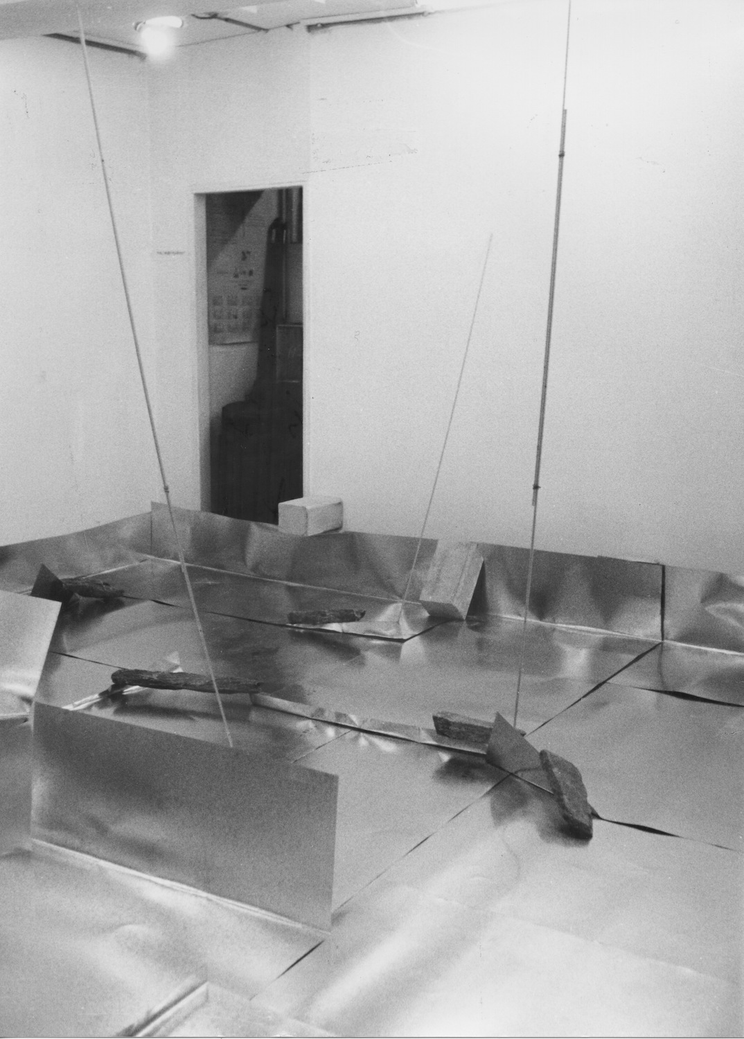 Separating Dependence , 1973 依存差 ( Izonsa ) Zinc plates, steel bars, concrete blocks, stones 620 x 580 x 300 cm Installation view at Satou Gallery, Tokyo, 1973 Photo: Shigeo Anzai
