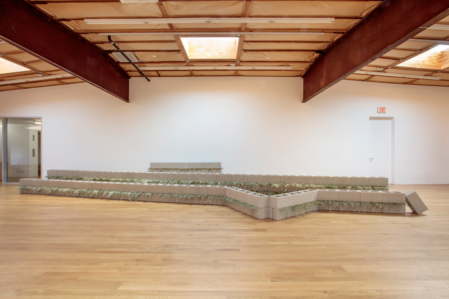 Units of Dependency ,1974/2017 依存位 ( Izon'i ) Concrete blocks, grass Dimensions variable Installation view, Blum & Poe, Los Angeles, 2017 Photo: Joshua White/JWPictures.com Courtesy Blum & Poe, Los Angeles / New York / Tokyo