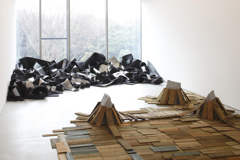 Parameters of Space , 1978/2016 辺界 ( Henkai ) Wood, stone Dimensions variable Installation view,  Robert Morris & Kishio Suga , Blum & Poe, Tokyo, 2016 Courtesy Blum & Poe, Los Angeles / New York / Tokyo
