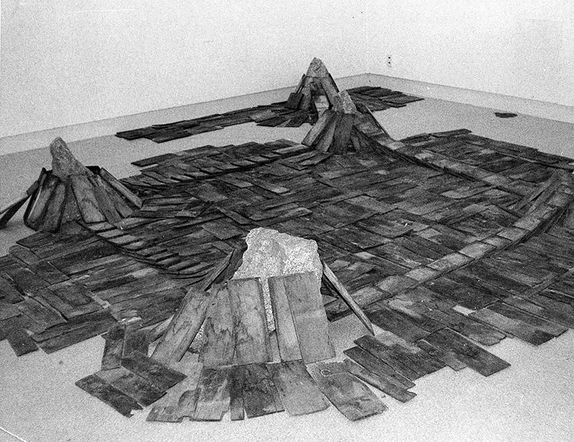 Parameters of Space , 1978 辺界 ( Henkai ) Wood, stone Dimensions variable Installation view, Gallery Saiensu, Morioka, 1978