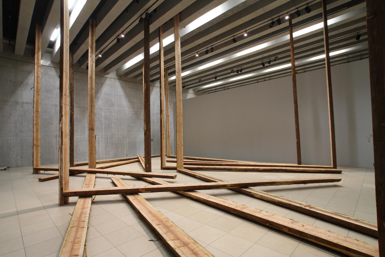 An Aspect as a Whole , 1978/2014 全体の中の一側面 ( Zentai no Ichisokumen ) Wood Dimensions variable Installation view, Kishio Suga , Vangi Sculpture Garden Museum, Shizuoka, 2014 Photo: Tsuyoshi Satoh