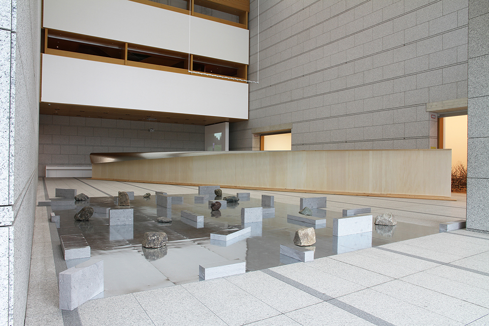 Gap of the Entrance to the Space , 1979/2015 界入差 ( Kainyūsa ) Zinc plates, stones Dimensions variable Installation view,  Kishio Suga: Situated Latency , Museum of Contemporary Art, Tokyo, 2015 Photo: Tsuyoshi Satoh