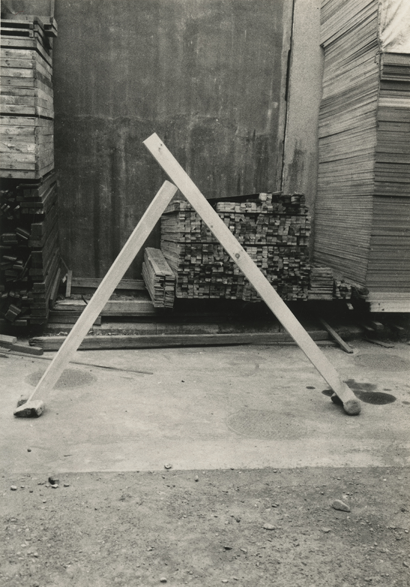 Diagonal Phase , 1969 斜位相 ( Shaisō ) Wood, stones Dimensions variable Installation view at Fujimicho Atelier, Yokohama, 1969 Photo: Kishio Suga