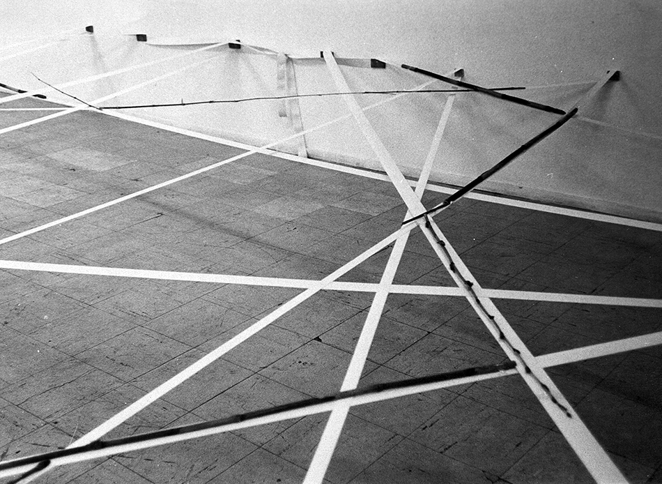 Spatial Discrepancy , 1976 界差 ( Kaisa ) Elastic fabric, bamboo Dimensions variable Installation view, Maki Gallery, Tokyo,1976 Photo: Kishio Suga