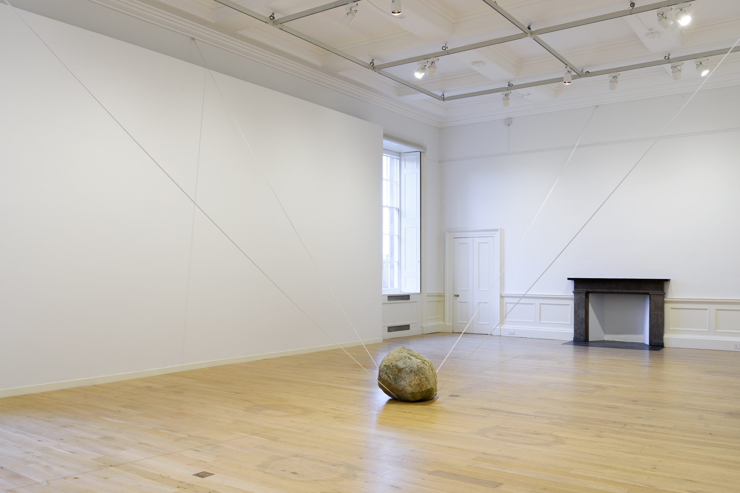 Interconnected Spaces , 2016 空連化 ( Kūrenka ) Stone, rope Dimensions variable Installation view, Karla Black and Kishio Suga:A New Order ,Scottish National Gallery of Modern Art, Edinburgh,2016 Photo: Sam Drake;Courtesy National Galleries of Scotland