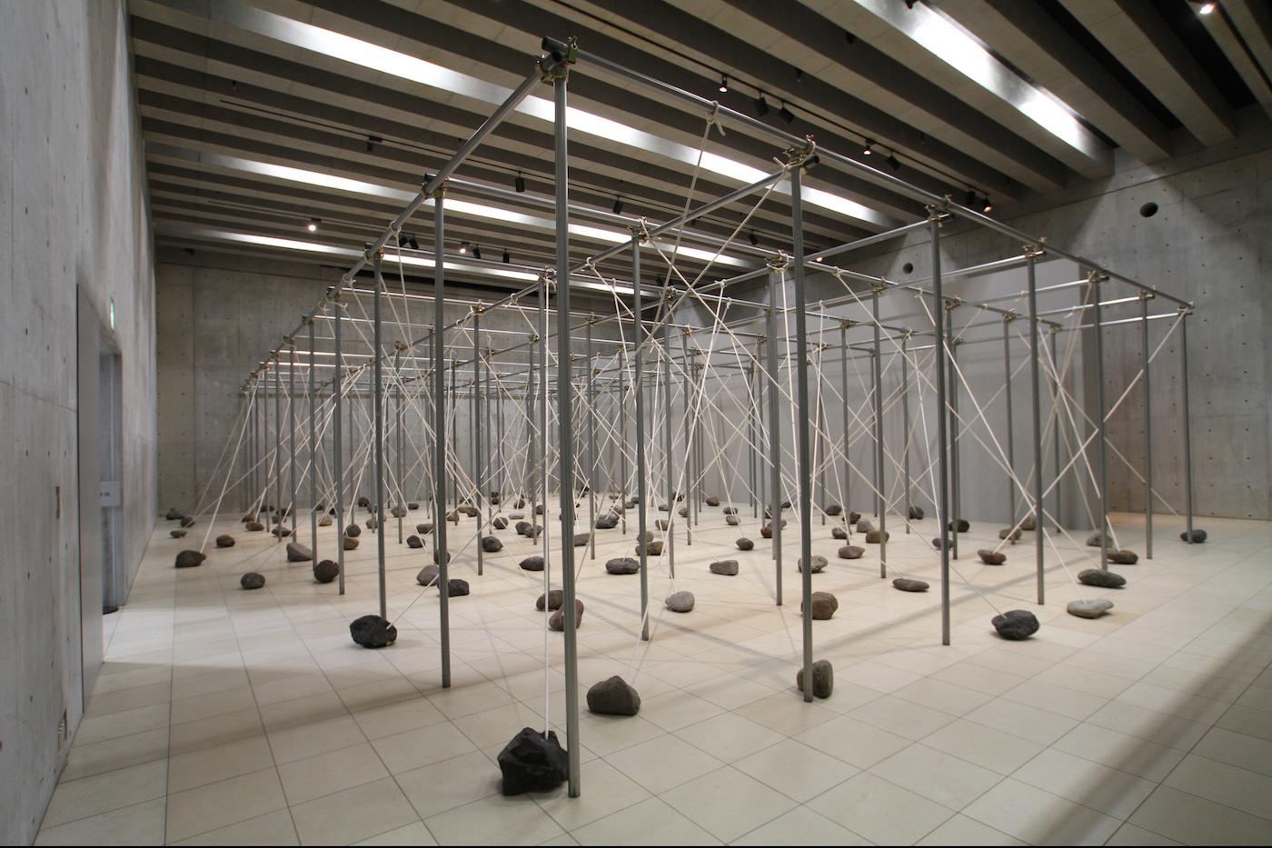 Law of Peripheral Units , 1997/2014 周位律 ( Shūiritsu ) Steel pipes, stone, rope Dimensions variable Installation view,  Kishio Suga ,Vangi Sculpture Garden Museum, Shizuoka, 2014 Photo: Tsuyoshi Satoh