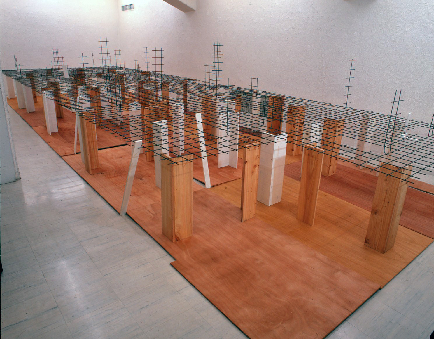 Disseminating Territory , 1996 領域を敷く ( Ryōiki wo Shiku ) Wood, paint, wire mesh 153 x 300 x 900 cm Installation view, Tokyo Gallery, Tokyo, 1996 Courtesy Tokyo Gallery + BTAP