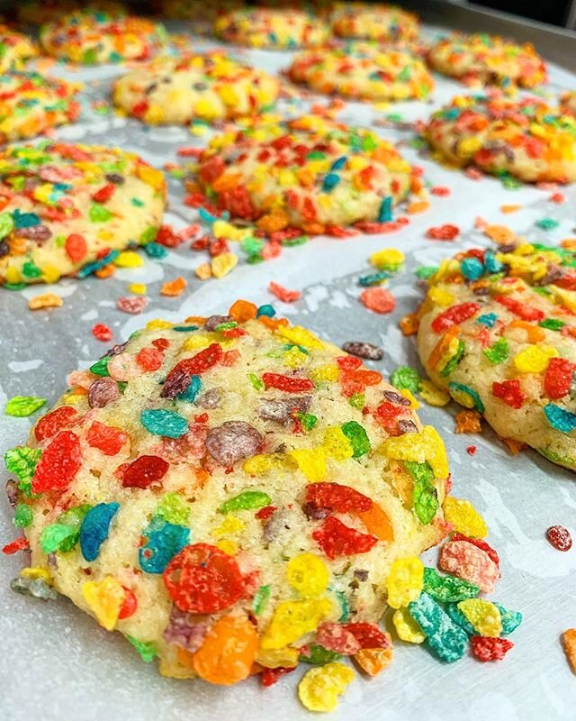 There's nothing better than some freshly baked cookies and some cold milk! Who's in for some of these fruity pebbles cookies!? 🙋🏽♀️🙋🏾♂️ #treatyoself #fruitypebbles #losangeles