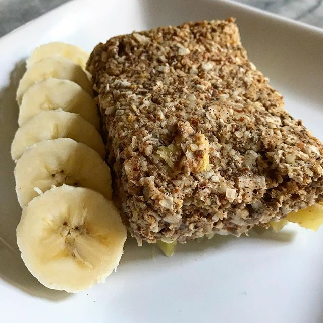 Part of my weekly meal prep routine is making baked oatmeal on Sunday mornings. I use canned pineapple (in 100% 🍍 juice, no added sugar) and either eat it as bars (like this) or reheat into porridge/oatmeal consistency by adding nut milk. Recipe will be on the blog shortly. #busybee #mealprep #vegan #veganbreakfast #bakedoatmeal #gotobreakfast #plantbased