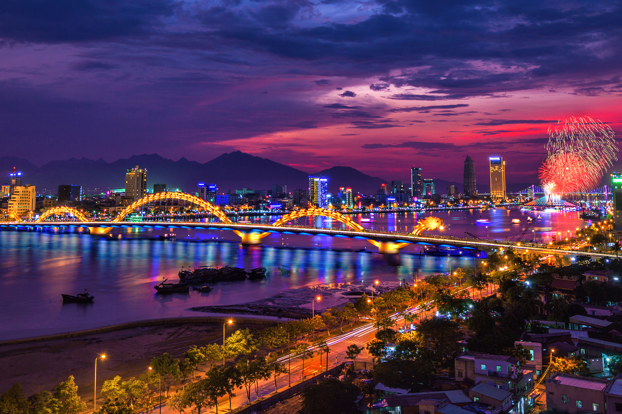 Năm 2012 - Đà Nẵng là đô thị đầu tiên định hướng xây dựng Smart City, ký hợp tác với tập đoàn công nghệ IBM, sau này đơn vị thực hiện là tập đoàn Viettel.