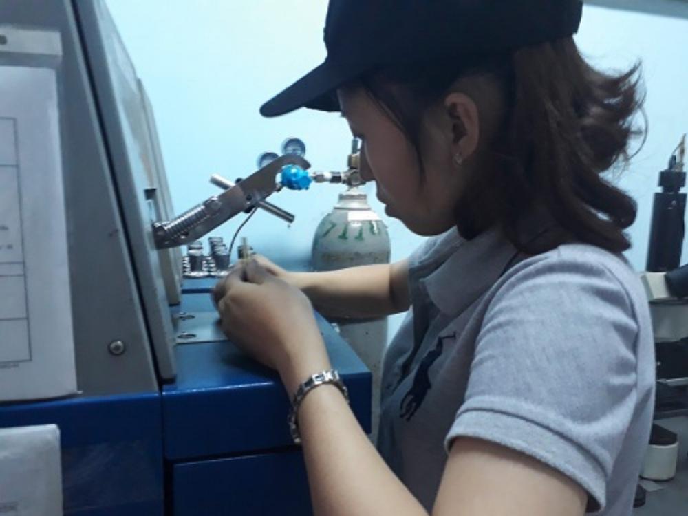 Công nhân đang làm công đoạn kiểm tra sản phẩm sau sản xuất tại một doanh nghiệp cơ khí tại Đồng Nai. Ảnh: Hà Thế An.