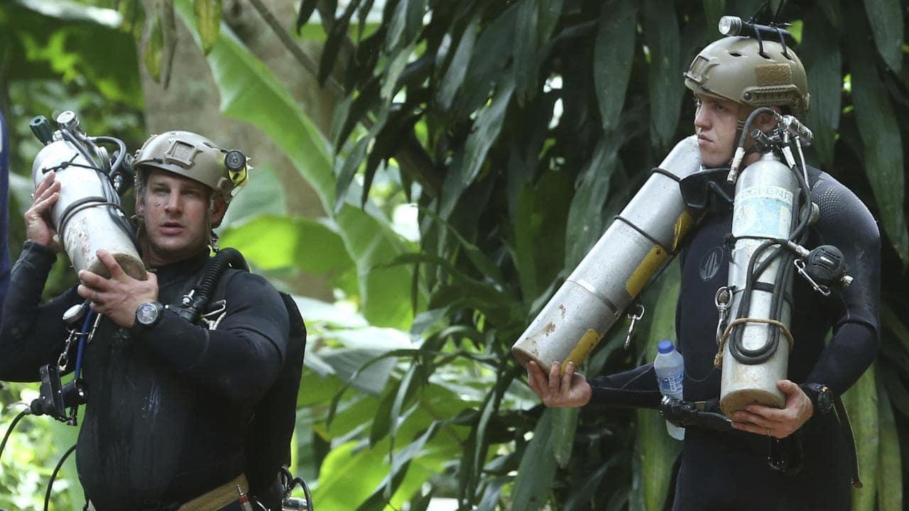 - Sau đợt đầu tiên, Oxi trong hang bị cạn, nên chiến dịch giải cứu tạm ngưng để bơm thêm oxi vào.