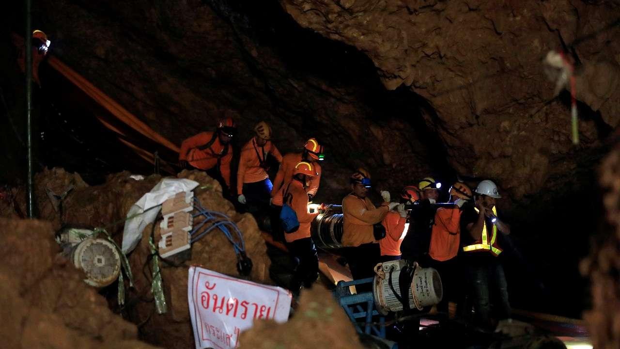 - Đội đặc nhiệm và thợ lặn chuyên nghiệp kéo đường dây dẫn ống oxi, cùng cáp thông tin liên lạc vào trong hang để các thành viên đội bóng nhí được liên lạc với gia đình bên ngoài.