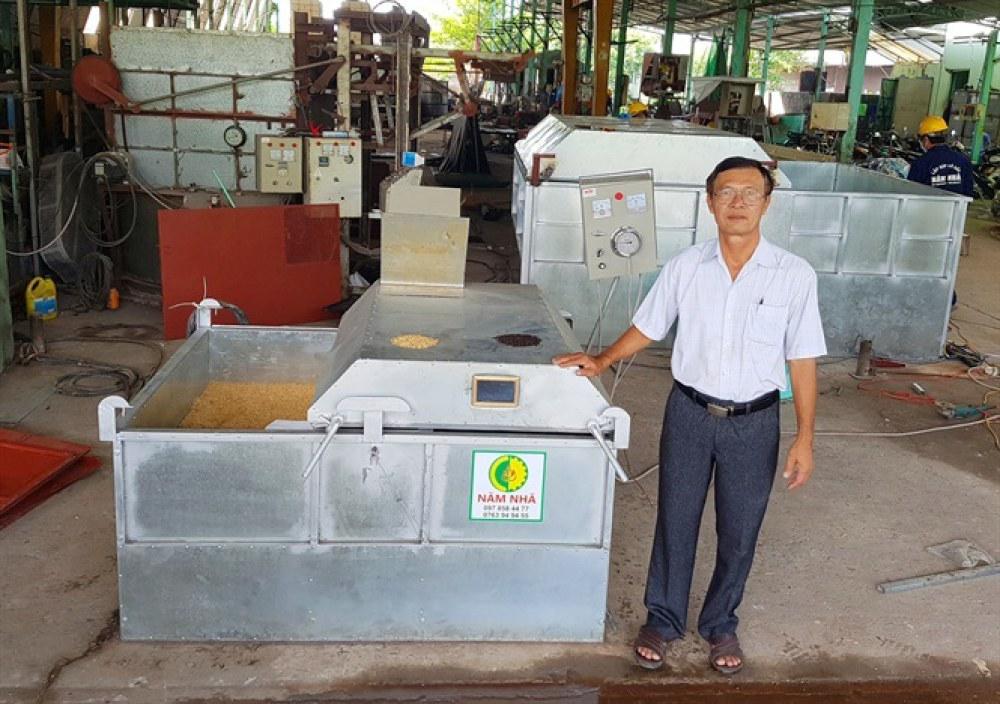 Ông Dương Xuân Quả (Năm Nhã, ngụ xã Bình Đức, TP. Long Xuyên, tỉnh An Giang) chế tác máy sấy đảo chiều từ mini đến 80 tấn/mẻ. Ảnh: N. Nhã.