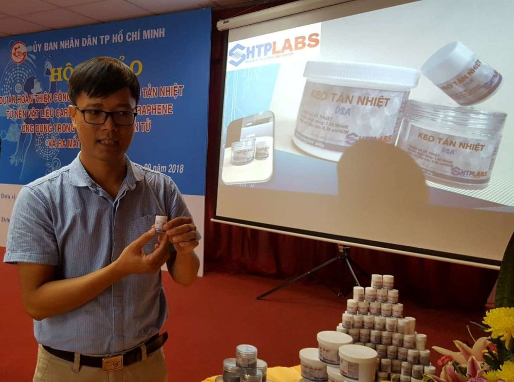 TS Đỗ Hữu Quyết giới thiệu sản phẩm keo tản nhiệt dùng trong các thiết bị điện tử tại Hội thảo. Ảnh: Hà Thế An.