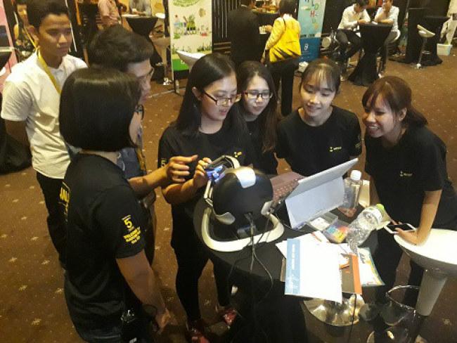 WHISE 2017 đã thu hút hơn 2000 lượt người tham gia. Trong ảnh, các bạn trẻ thích thú trải nghiệm các sản phẩm công nghệ được giới thiệu tại khu vực triển lãm