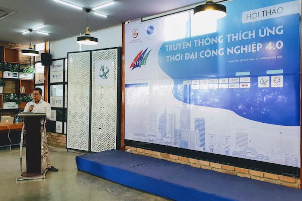 Ông Nguyễn Bá  Ngọc, Giám đốc công ty cổ phần truyền thông NBN đang trình bày về hoạt  động ứng dụng công nghệ trong lĩnh vực truyền thông, báo chí hiện nay.  Ảnh: Chí Thịnh